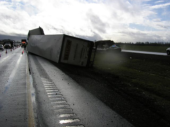 Truck crash disrupts I-5